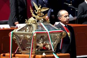El presidente de México, Felipe Calderón Hinojosa encabezó la ceremonia solemne que rindió honores a los restos óseos de los héroes de la gesta independentista de 1810, en Palacio Nacional en la Ciudad de México.