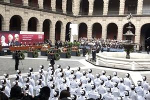 En el patio del Palacio Nacional los restos fueron recibidos por el presidente de México, Felipe Calderón, sus ministros, representantes del Poder Judicial y Legislativo y un centenar de invitados, entre los que se contaban algunos familiares de los personajes insignes.