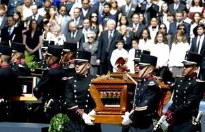 El secretario de Educación de México, Alonso Lujambio, explicó en la ceremonia que por una omisión incomprensible los nombres de Pedro Moreno y Víctor Rosales, ambos muertos en combate en 1817, no fueron inscritos en la placa metálica que se encuentra en la puerta del mausoleo.