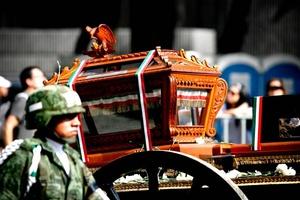 La procesión siguió el emblemático Paseo de la Reforma hasta el Palacio Nacional, ante miles de personas que lanzaron flores y gritaron Viva México.
