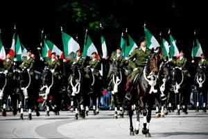 El acto inició la mañana de ayer cuando un contingente de carrozas y escuadrones de soldados a caballo y vestidos con uniformes ceremoniales recogió los restos de los próceres de la Independencia mexicana, guardados en urnas doradas de vidrio o de madera.