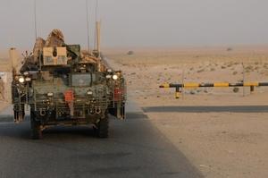 Vehículo del 52 regimiento de infantería estadounidense cruzando la frontera entre Irak y Kuwait. El Departamento de Estado calificó de histórico y que marca el fin de la acuñada como Operación Libertad Iraquí que comenzó en 2003.