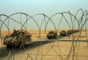 Al llegar su convoy al paso fronterizo para partir de Irak, los soldados lanzaron aclamaciones y gritaron de alegría, salieron de sus vehículos blindados, desplegaron una bandera estadounidense y posaron para fotografías.