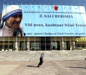 El papa Benedicto XVI recordó el inestimable don que fue la Madre Teresa de Calcuta para la Iglesia y el mundo en ocasión del cien aniversario de su nacimiento.