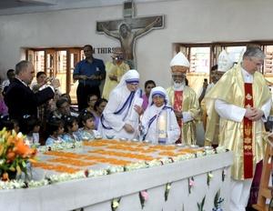 La sede allí de las Misioneras de la Caridad acogió una misa especial en recuerdo de la monja ante unos mil fieles.