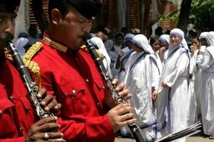 Como muestra de respeto y admiración, diversas autoridades, representantes diplomáticos y decenas de colegios de Calcuta visitaron el mausoleo de la Madre Teresa para colocar ofrendas florales ante su tumba.