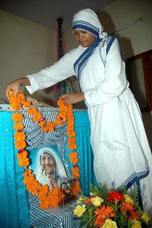 Durante medio siglo llevó a cabo una labor asistencial en Calcuta con las Misioneras de la Caridad, la orden que fundó tras una experiencia mística.