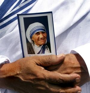 Inés Gonxha Bojaxhiu, nacida en Skopje el 26 de agosto de 1910, recibió el Nobel de la Paz en 1979 y fue beatificada en 2003 por las autoridades de la Iglesia Católica.
