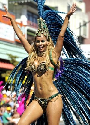El festival de samba de Asakusa nació en 1981 cuando el alcalde de uno de los 23 distritos que componen la capital japonesa invitó a la escuela de samba ganadora de aquel año en el carnaval de Río de Janeiro a hacer una demostración en Tokio.