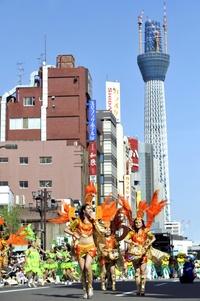 Una ola de calor inusitada en Tokio,  hizo sudar de lo lindo a las bailarinas y añadió un plus de temperatura y humedad al ya de por sí tórrido recorrido de la comitiva festiva.