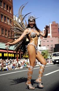 Cada año unas 500 mil personas acuden a presenciar el desfile de samba más importante de Asia.