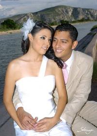 Fátima Zamarripa Aguayo y Eduardo Liborio Pérez Hernández el día de su boda civi.- <p> <i>Érick Sotomayor Fotografías</i>