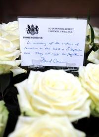 Familiares de las víctimas del 11-S hacieron una ofrenda floral en la zona cero en el noveno aniversario de los atentados, en Nueva York, Estados Unidos.