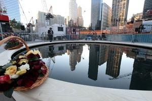 Entre ambos minutos de silencio, las iglesias y otros centros de culto hicieron sonar sus campanas poco antes de que comenzara la emotiva lectura de los nombres de las 2.752 personas que perecieron en los ataques al World Trade Center.
