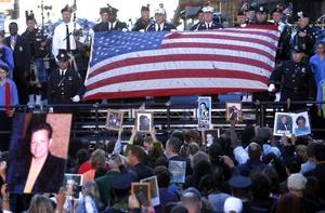 Nueva York conmemoró  el aniversario de los ataques terroristas del 11 de septiembre de 2001 con una solemne ceremonia junto a la zona cero de Manhattan.