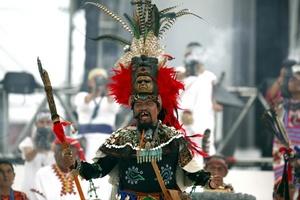 Casi 40 abuelos representantes de diversas regiones del país y acompañados por un grupo de sahumadores realizaron un rito de renovación, purificación y reafirmación de votos hacia los propios ancestros del linaje, al compás de diversas danzas prehispánicas.