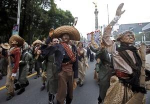 La felicidad y emoción se apoderó de los asistentes cuando el Desfile-Caravana del Bicentenario ingresó a la plancha del Zócalo.