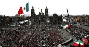 Unas 50 mil personas se dieron cita en el corazón de la capital del país, a fin de celebrar el cumpleaños número 200 de México y de esta manera proyectar la unión de los mexicanos.
