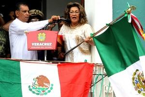 Ante decenas de damnificados, el gobernador deVeracruz, Fidel Herrera dio el Grito de Independencia en Tlacotalpan.