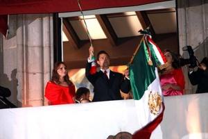 El gobernador del Estado de México, Enrique Peña Nieto, dio el Grito de Independencia por la celebración del Bicentenario.