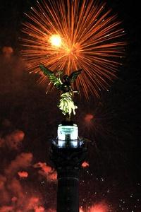 Cientos de mexicanos disfrutaron de los fuegos artificiales, dispuestos entorno al Ángel de la Independencia.