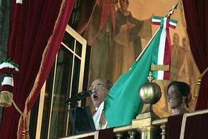 Con un Zócalo repleto, el presidente Felipe Calderón dio el Grito de Independencia, y exclamó desde el balcón central de Palacio Nacional: ¡Viva el Bicentenario de la Independencia!, ¡Viva el Centenario de la Revolución!.