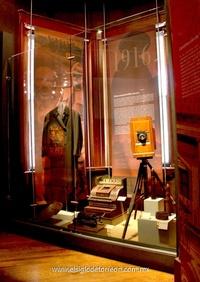 """En la primera sala, partiendo por la derecha, es posible encontrar diversos elementos como una mascarilla mortuoria de Pancho Villa, una máquina de escribir y enfrente se ubica una pantalla """"touch screen"""" en la que aparece el título Cronología de la Revolución."""