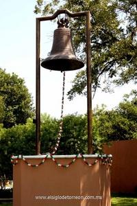 La Campana del Centenario está encumbrada en una base de alrededor de dos metros de alto y colocada en el nuevo Museo de la Revolución.