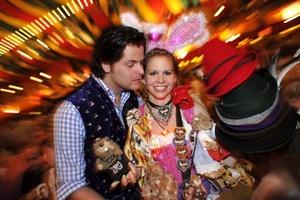 Un festival local se ha transmutado en un acontecimiento internacional masivo con una docena de enormes carpas de expendio de cerveza, algunas de las cuales alojan a más de 10.000 bebedores achispados y cantarines.