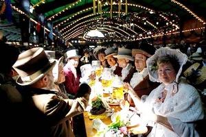 En una carpa que sirve una bebida especial, la cerveza del jubileo, para la cual seis cervecerías que compiten entre sí unieron fuerzas en una histórica tregua.
