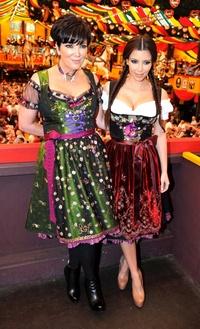 La modelo y actriz estadounidense Kim Kardashian y su madre Kris Kardashian  posan en el Oktoberfest de Munich, Alemania.