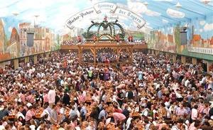 Hace 200 años, el príncipe heredero Ludovico de Baviera coronó su casamiento real con una celebración pública tan ostentosa que caló en la imaginación popular y se convirtió en un acontecimiento anual, conocido en todo el mundo como la Oktoberfest.
