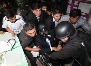Unos 800 policías protagonizaron la protesta en la capital, unos 150 militares de la fuerza aérea bloquearon el aeropuerto de Quito y otros tantos el de Guayaquil aduciendo razones de seguridad.