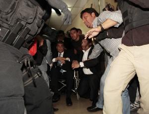 El presidente de Ecuador fue rescatado por militares del hospital donde se encontraba retenido.