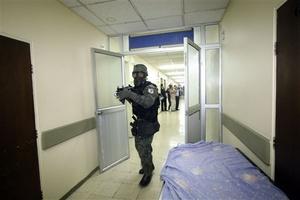 El ministro de Seguridad Interna y Externa, Miguel Carvajal, dijo en rueda de prensa que la sublevación ha dejado un muerto y varios heridos en los alrededores del hospital policial donde está el mandatario. No dio otros detalles.