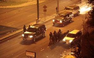 Tras casi 35 minutos de intercambio de disparos que dejó por lo menos un herido, los militares evacuaron a Correa en una camioneta que partió a toda velocidad en medio de fuerte resguardo militar.