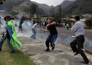 Policías insubordinados dispersaron con gases lacrimógenos, a la población.