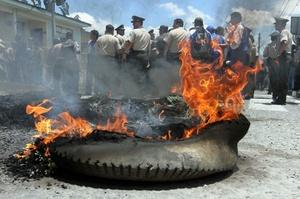 Los sublevados se tomaron cuarteles policiales en Quito, Guayaquil y otras ciudades, quemaron llantas, lanzaron gases lacrimógenos y cerraron las carreteras de acceso a la capital durante algunas horas.