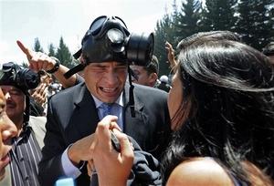 Ecuador sufrió ayer un intento de golpe de Estado, cuando 800 policías sublevados secuestraron al presidente Rafael Correa en la salida de un hospital.