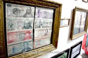 Se cuenta con una colección de billetes y monedas de la época.