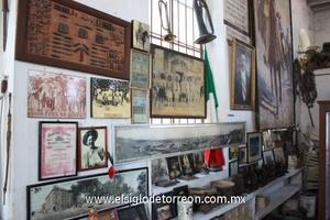 Lo primero que cautiva la atención de quien visita el heroico edificio es el retablo, a espaldas de la Casa Colorada, donde coexisten los principales símbolos de la mexicanidad norteña.