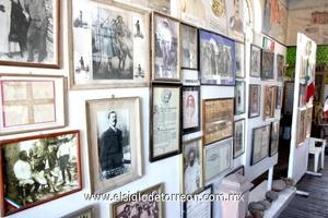 La habitación está atestada de fotografías, colocadas en las paredes y de imágenes relacionadas con la gesta revolucionaria, con episodios de la vida del jefe de la División del Norte.