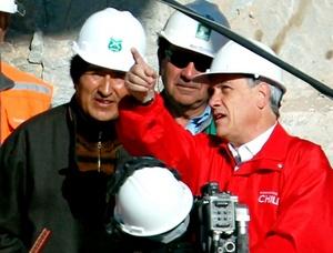 Los presidentes de Chile Sebastián Piñera  y de Bolivia, Evo Morales, conversan junto a la cápsula Fénix.