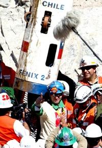 El décimotercer minero rescatado Carlos Barrios llega a la superficie dentro de la cápsula Fénix.