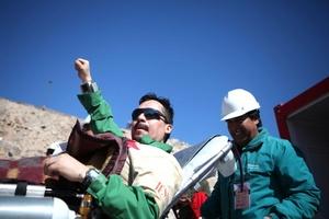 El duodécimo minero rescatado Edison Peña es conducido en una camilla para una revisión médica después de llegar a la superfici.