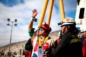 El minero Alex Vega, mecánico de 31 años, saluda a su llegada a la superficie dentro de la cápsula Fénix.