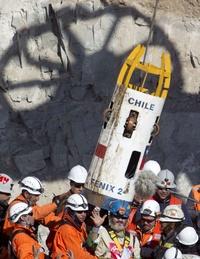 El undécimo minero rescatado Jorge Galleguillos llega a la superficie dentro de la cápsula Fénix.