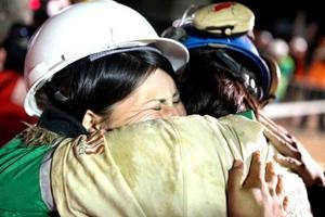 El minero Osmán Araya abraza a su esposa al salir rescatado.
