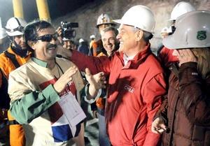 Juan Illanes rescatado de la Mina San José cerca de Copiapó, recibido por el Presidente chileno y su esposa.