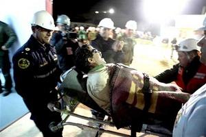 Los mineros rescatados han sido llevados a recibir atención médica.